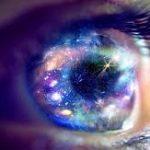 L'iris d'un oeil étoilé de medium